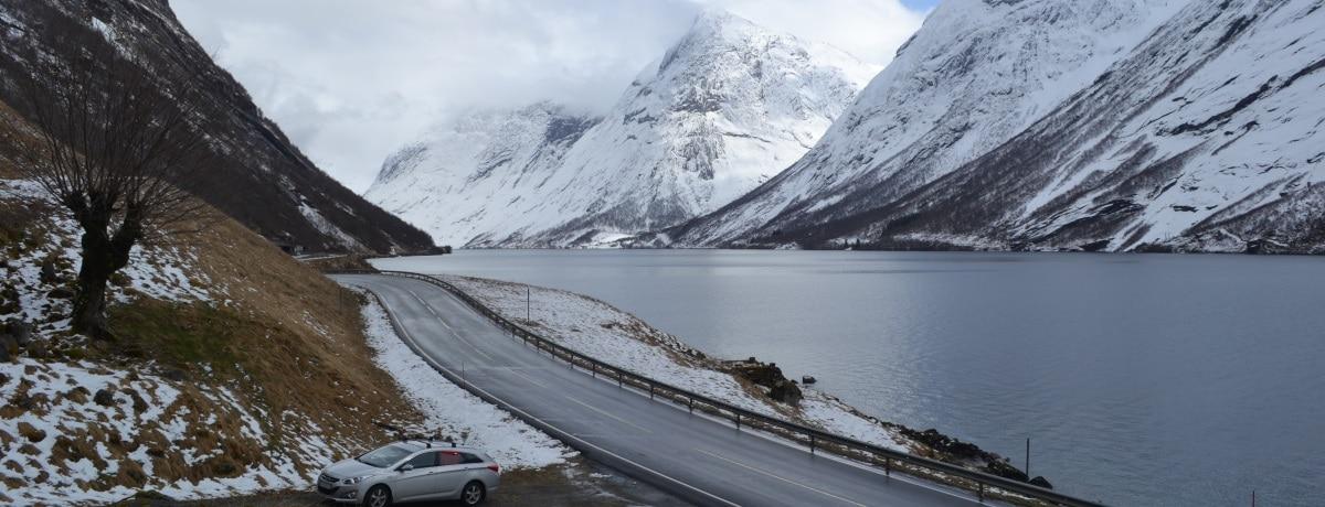 O belo Kjosnesfjorden, no caminho de Flam a Hornindal